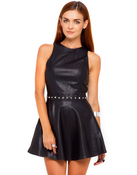 svart ärmlös mini-skaterklänning