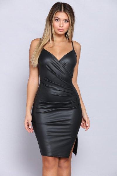svart läderklänning med spagettiband