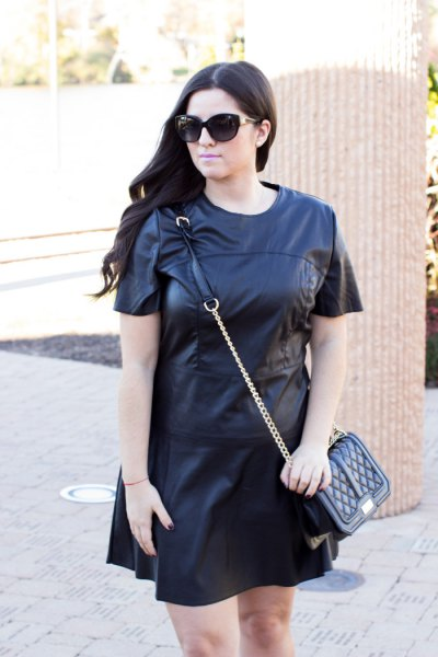 svart läder t-shirt klänning
