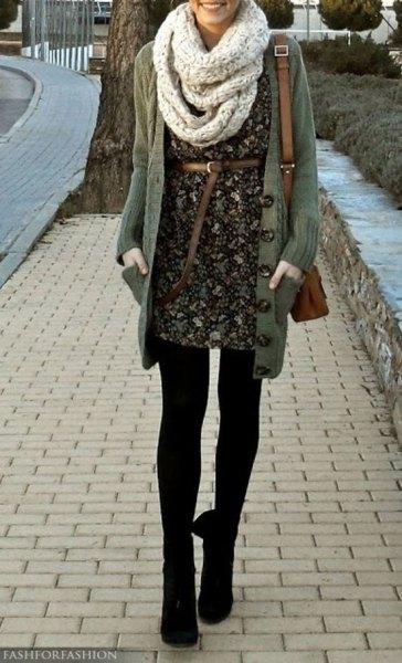 blommig miniklänning med bälte, halsduk och leggings
