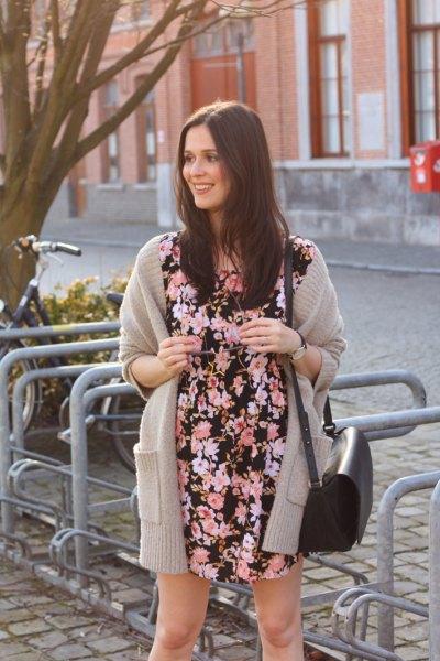 Svartvitt miniklänning med blommönster och grå lång kofta