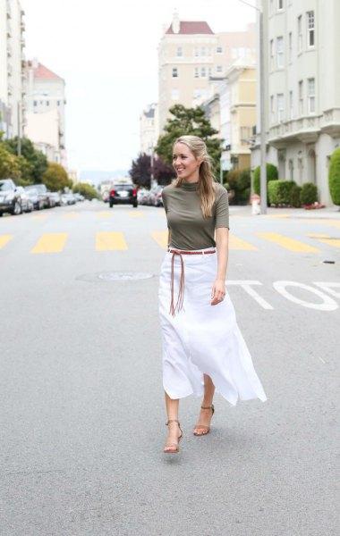 grå mock-neck tröja med halva ärmar och vit midilinn kjol