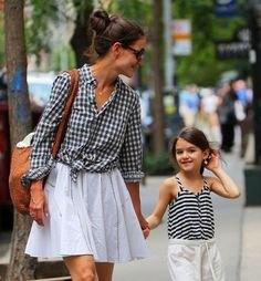 rutig skjorta med knappar och en ljusblå, utsvängd minikjol
