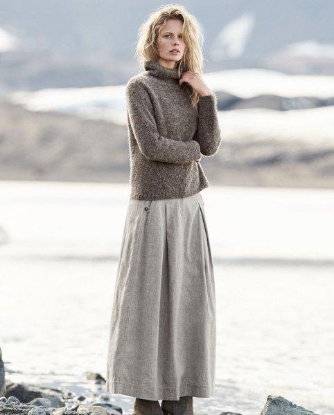 grå turtleneck-tröja med turtleneck och utsvängd maxikjol av linne