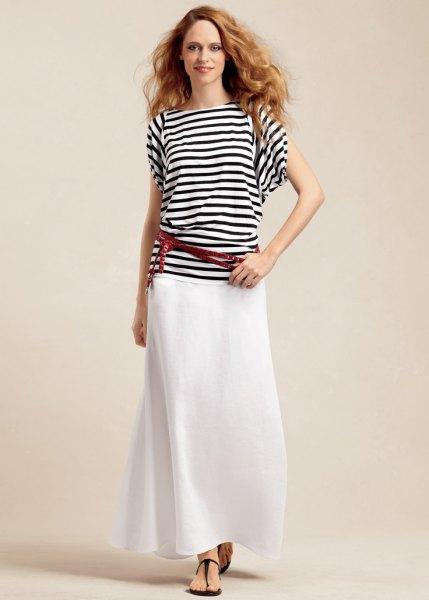 svartvitt randig t-shirt och vit linne maxikjol