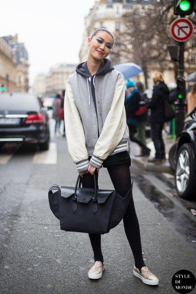 vit och grå huvtröja med dragkedja, shorts och leggings