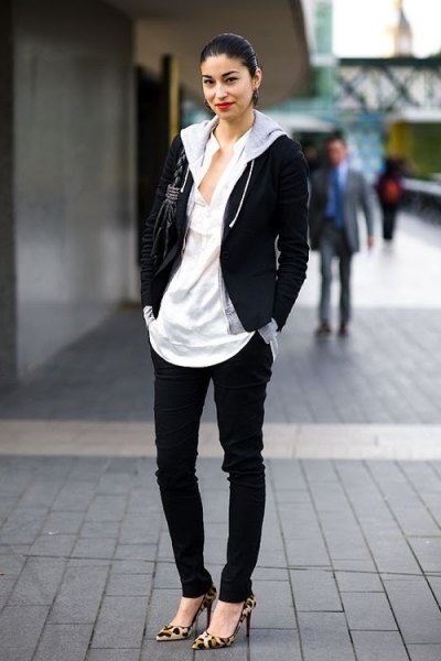 svart och grå huvtröja med dragkedja och vit oversized V-ringad t-shirt