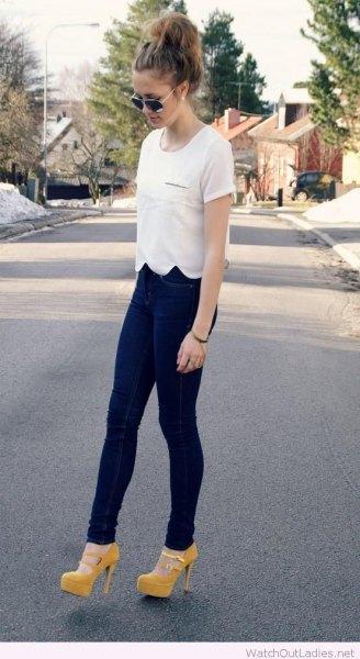 vit t-shirt med kantad fåll och mörkblå leggings
