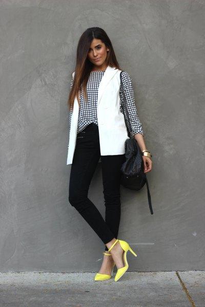 rutig skjorta med vit väst och gula klackar