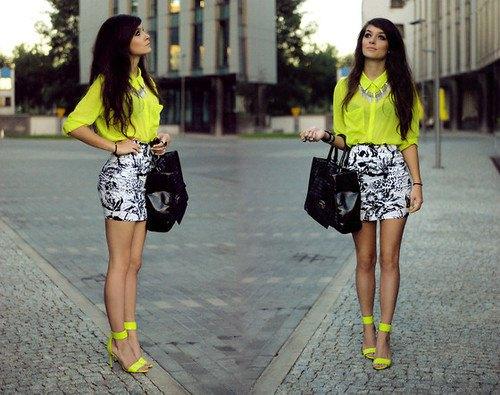 gul chiffongskjorta med knappar och svartvitt tryckt minikjol