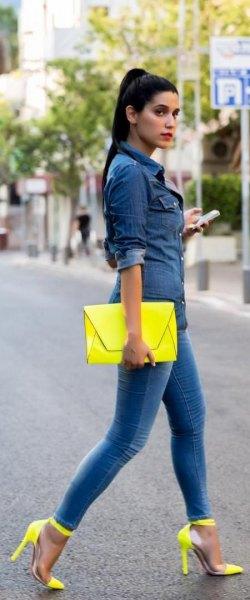 mörkblå chambrayskjorta med knappar, gul koppling och matchande höga klackar