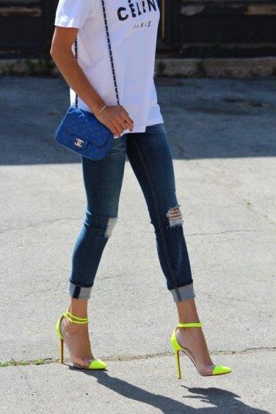 vit tryckt T-shirt med mörkblå skinny jeans och höga klackar