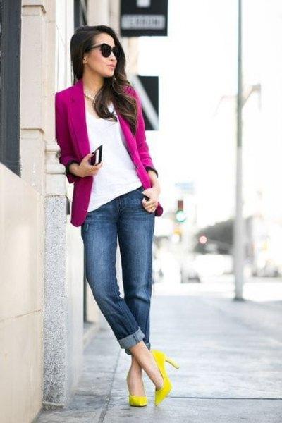 rosa kavaj med vit blus och gula klackar