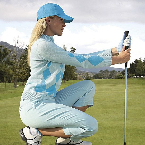 ljusblå golfbyxor vit tröja basebollkeps