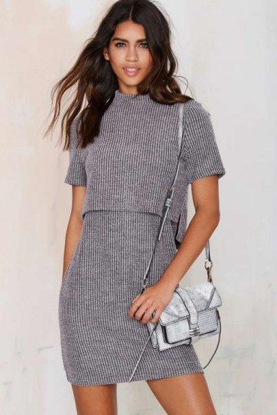 grå tvådelad, kortärmad, ribbad klänning med en uppstående krage