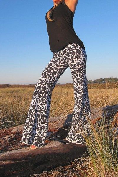 svart linne med klockbyxor med leopardtryck