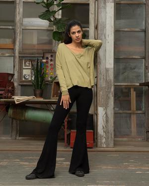 Blushrosa lång t-shirt med avslappnad passform och svarta byxor