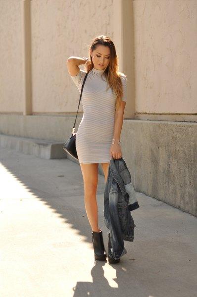 ljusgrå och vit randig kortärmad miniklänning
