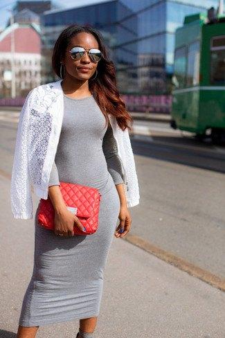 grå midiklänning med vit virkad jacka