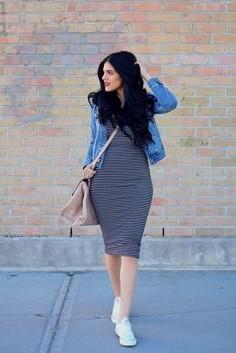 blå jeansjacka med svart och grå randig, figur-kramande midiklänning