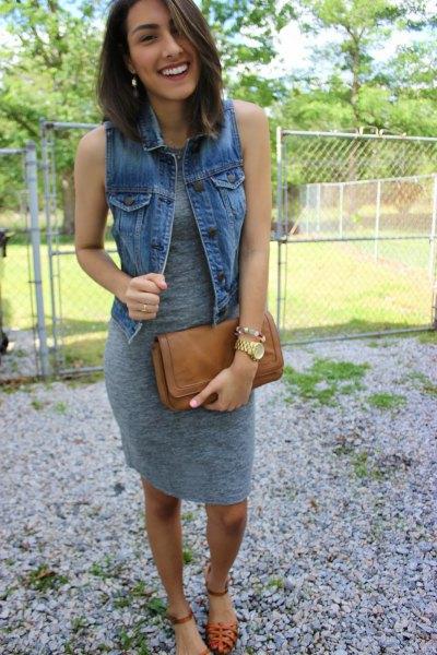 grå knälång ärmlös klänning med blå denimväst