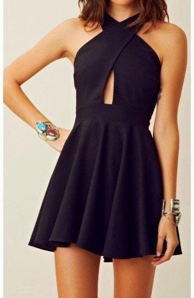 Mini-klänning med svart korsad halsringning, liten ringning i midjan
