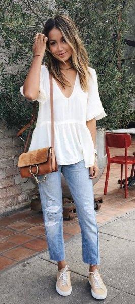 vit kortärmad peplumblus med V-ringning och jeans med pojkvän