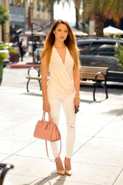 vit ärmlös, draperad blus med V-ringning och matchande smala jeans