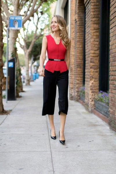 röd ärmlös bältesblus med svarta, korta klänningbyxor