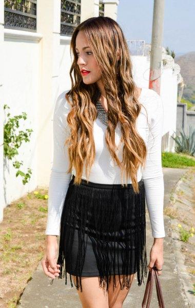 vit, långärmad, figur-kramande T-shirt med svart, figur-kramande mini fransad kjol