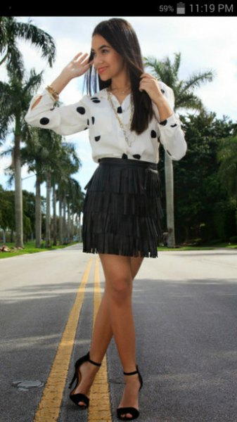 vit och svart prickig skjorta med minikjol