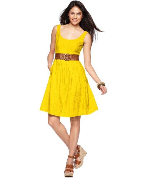 gul knälång klänning med bälte och bälte