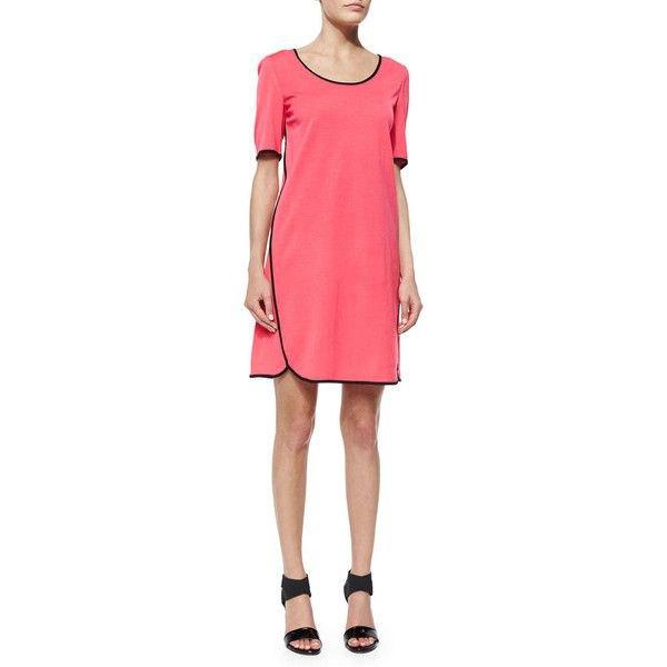 rosa kortärmad miniklänning med svarta sandaler