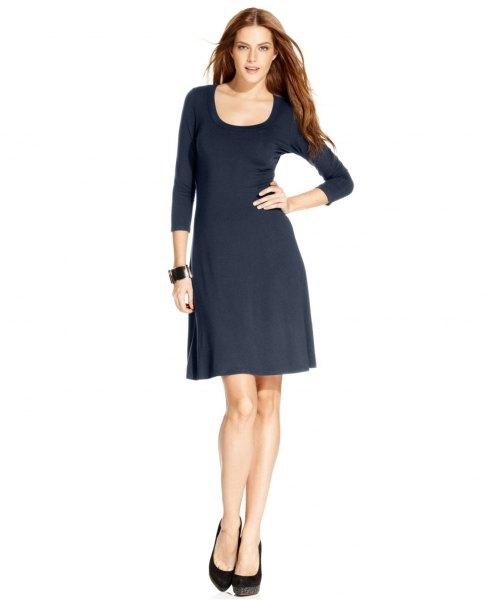 svart, utsvängd miniklänning med trekvartärmar och scoop-halsringning