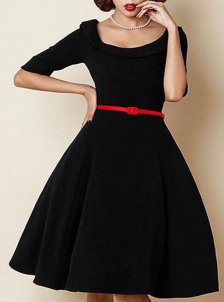 svart, halvärmad passform och knälång klänning med utsvängt bälte