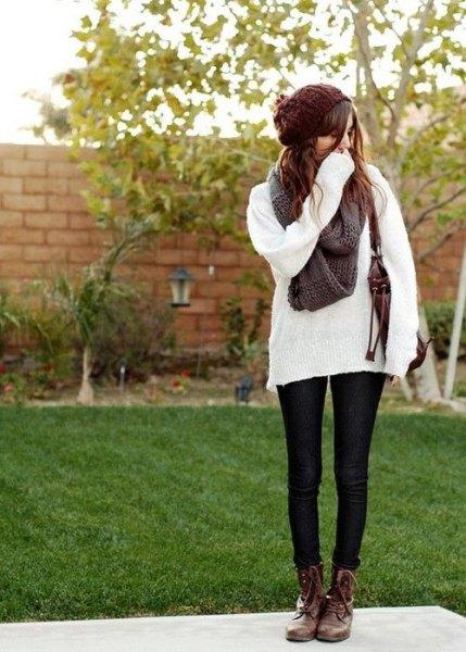 bekväma vita stickade tröja bruna stridsstövlar