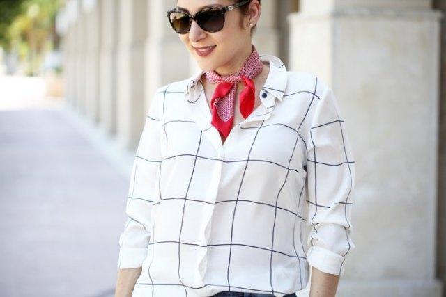 vit och svart rutig skjorta med röd mini siden sommar halsduk