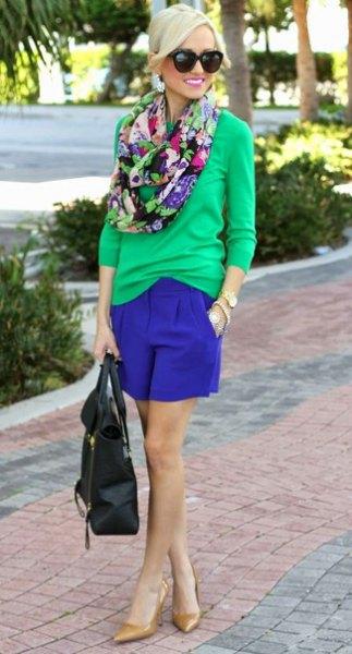 Blushrosa tröja med kungsblå mini-shorts
