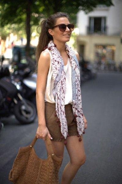 svartvitt tryckt chiffong sommar halsduk med linne och shorts