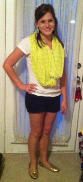 gul tryckt sommarscarf med vit T-shirt och svarta minishorts