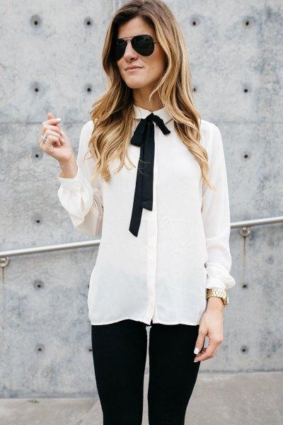 vit och svart chiffongskjorta med slipshals och smala jeans
