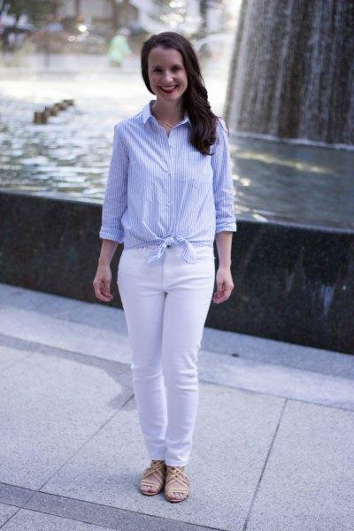 Ljusblå och vit vertikalt randig knuten skjorta med jeans med smal passform