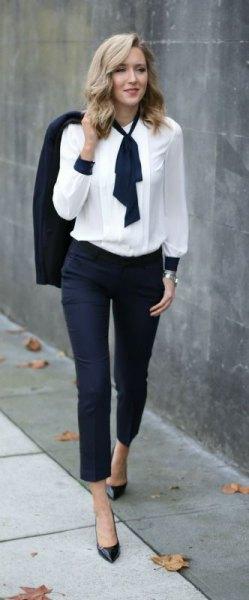 Vit med svart slips och mörka jeans