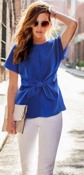 Kortärmad sidenblus med blå midja och vita skinny jeans