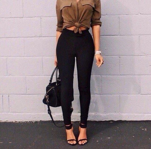 Kamelknuten blus med knappar och svarta skinny jeans med hög midja
