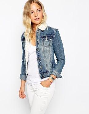 helvit outfit med jeansjacka med pälskrage