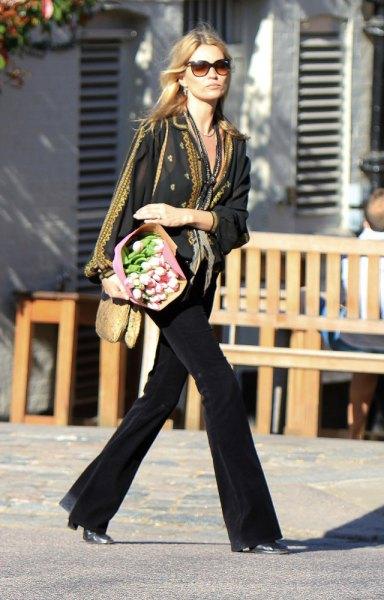 svart kavaj med halsduk med leopardmönster och flared jeans