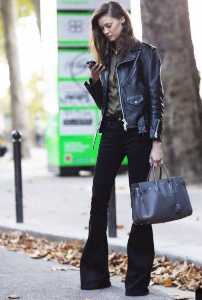 svart läderbikerjacka med burgundy skjorta och flared jeans