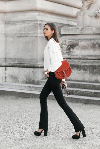 vit kavaj med svarta flared jeans och plattformsklackar