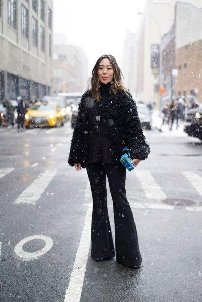 svart suddig kappa med utsvängda jeans och stövlar med klackar